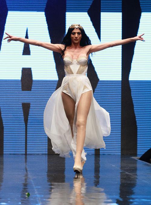 תדגמן בגד שמעצב עבורה במיוחד ז'אן פול גוטייה. דנה אינטרנשיונל בשמלה של אלון ליבנה בשבוע האופנה 2011 (צילום: גיל לרנר)