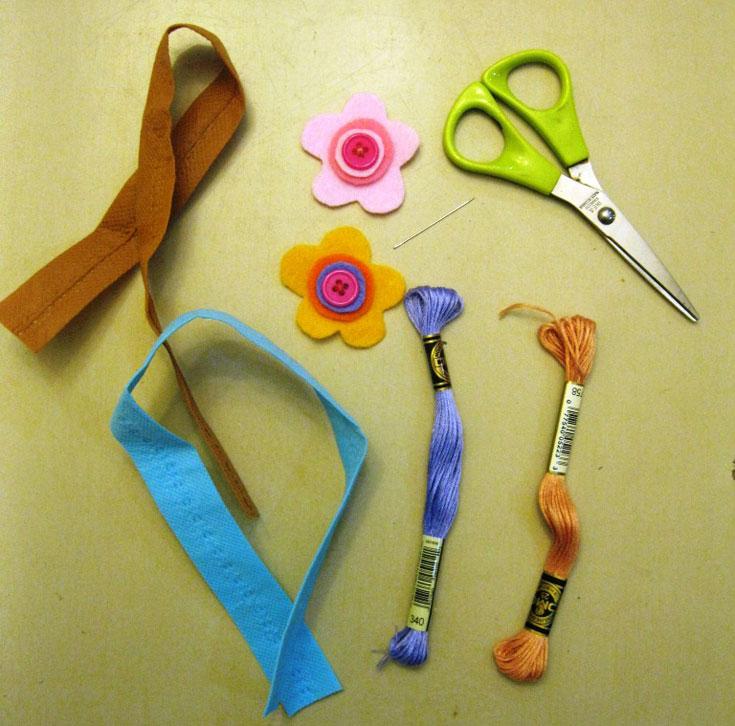 החומרים הדרושים: חוט צבעוני ומחט, סרטי אל-בד, מספריים, אלמנט לקישוט (צילום: חן קרופניק )