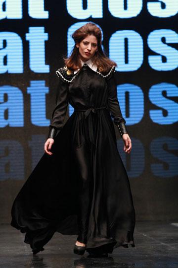 אפרת גוש בשמלה של לילה מיסט בתצוגה למען איגי (צילום: גיל לרנר)