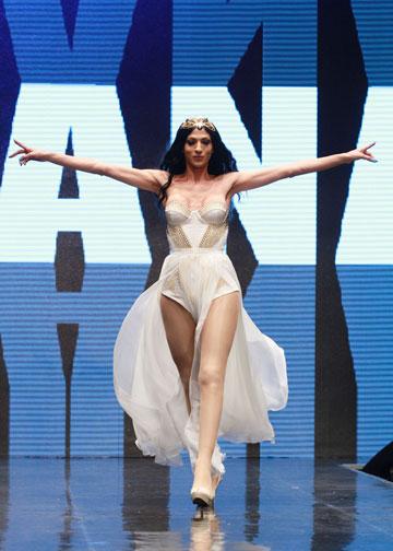 דנה אינטרנשיונל בבגדים של אלון ליבנה בתצוגה למען איגי. השיקוף הכי מציאותי של תעשיית האופנה המקומית (צילום: גיל לרנר)