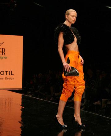 בגדים של שרון וייזר ומייקל מוטיל בתצוגת המעצבים המבטיחים. האם ככה נראה העתיד של האופנה הישראלית? (צילום: טל ניסים)