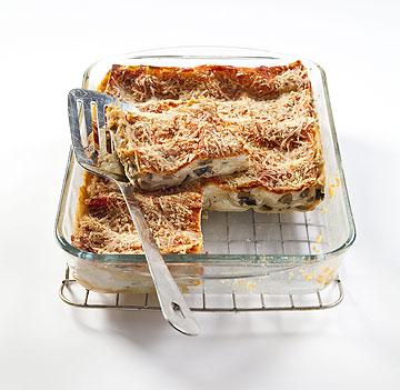 מי שרוצה, יכול גם לגרד גבינה צהובה - הקלוריות הנוספות הן זניחות (צילום: יוסי סליס)