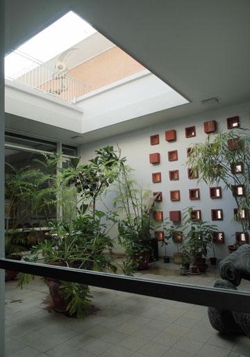 החצר המופנמת היא המוקד של חדר המגורים וחדר האוכל (צילום: אמית הרמן)