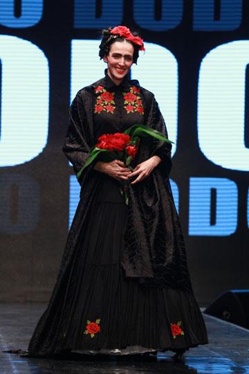 יעל רייך בשמלה של דורית בר אור בתצוגת האופנה למען איגי (צילום: גיל לרנר)