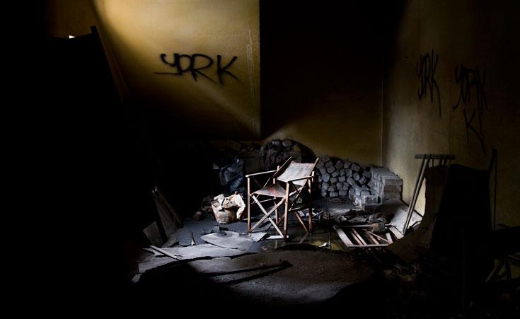פרטי נוסטלגיה פזורים בבניין: מנורה מעוצבת ברוח התקופה, תמונות, חדר המקרין (צילום: יניב ברמן)