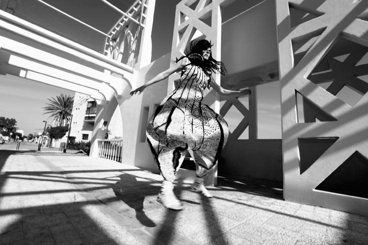 יעל רייך לבושה בבגדים של threeASFOUR בצילום של יניב אדרי מתוך התערוכה inSALAAM inSHALLOM. ''היא יכולה לייצג את כל תושבי יפו על אמונותיהם השונות'' (צילום: יניב אדרי)