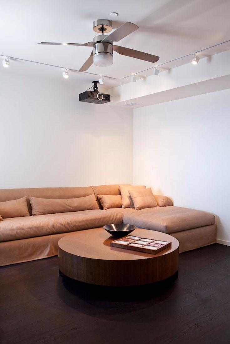 בעל הבית מעדיף לצפות בטלוויזיה בווליום גבוה במיוחד. חדר הטלוויזיה אובזר במערכת שמע משוכללת ומוקם, לנוכח ניסיון העבר, בקצה הבית (צילום: שירן כרמל)