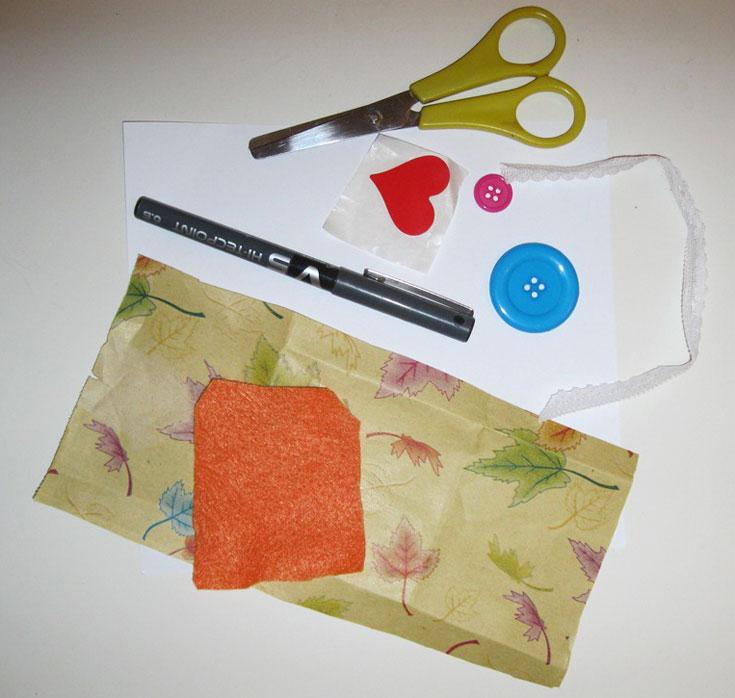 החומרים הדרושים: בריסטול לבן, מספריים, דבק, נייר צבעוני או עם דוגמה, כפתורים צבעוניים, עט  (צילום: חן קרופניק )