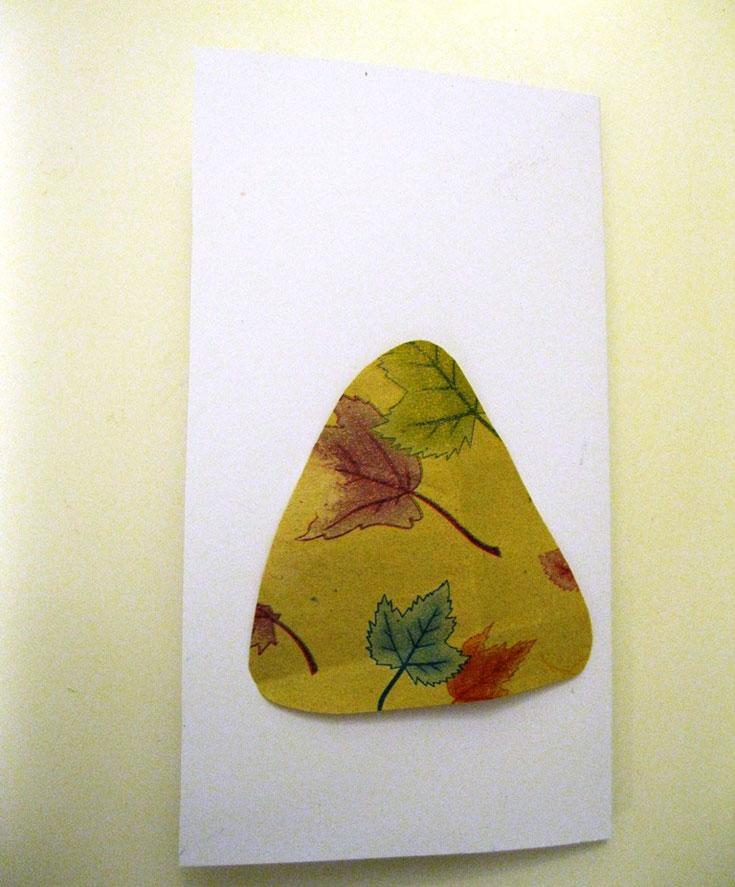 מקפלים את הבריסטול לשניים. גוזרים צורה מהנייר הצבעוני (צילום: חן קרופניק )