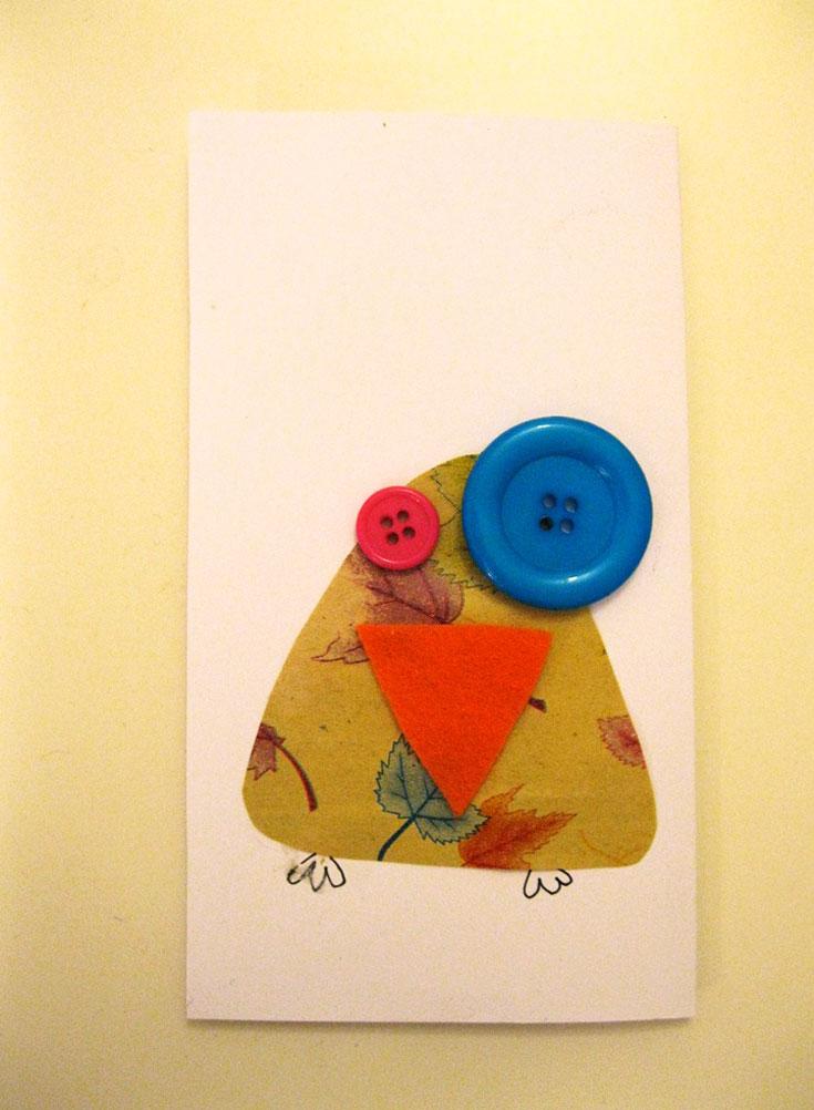 מדביקים את הצורה על הבריסטול, מוסיפים את הכפתורים כעיניים, ומציירים רגליים (צילום: חן קרופניק )