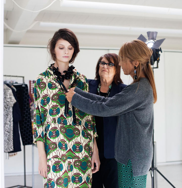 קונסואלו קסטיליוני ממארני, מרגרטה ואן דן בוש מ-H&M ודוגמנית בפריטי קולקציית הקפסולה. ''רציתי ליצור מלתחה אמיתית של מארני'' (צילום: מגנוס מגנוסון)
