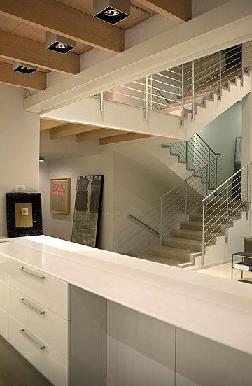 מבט אל גרם המדרגות החדש, מכיוון המטבח שנפתח (צילום: דן ברונפלד)