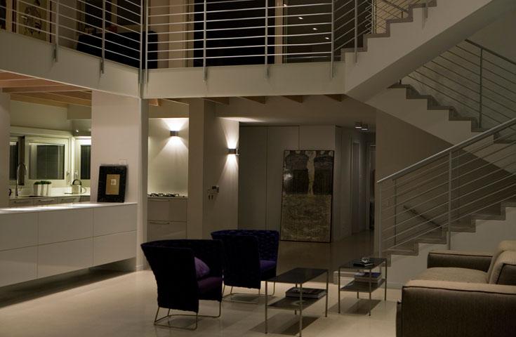 בתכנון המקורי אי אפשר היה לראות מהזווית הזו את המטבח, שהיה סגור בקיר. המבט נפתח, ואת הקיר שתמך בגלריה מעל החליפה קורת ברזל פשוטה, צבועה לבן (צילום: דן ברונפלד)