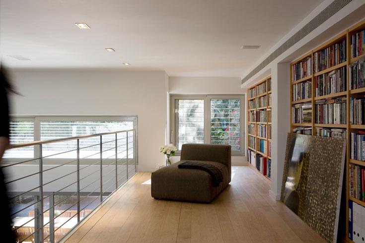 הבית החליף את צבעיו, מהקשת שנעה בין בז' לכתמתם חם ל''קולקציה של אפורים'' (שז-לונג: ''ארנסטו'') (צילום: דן ברונפלד)