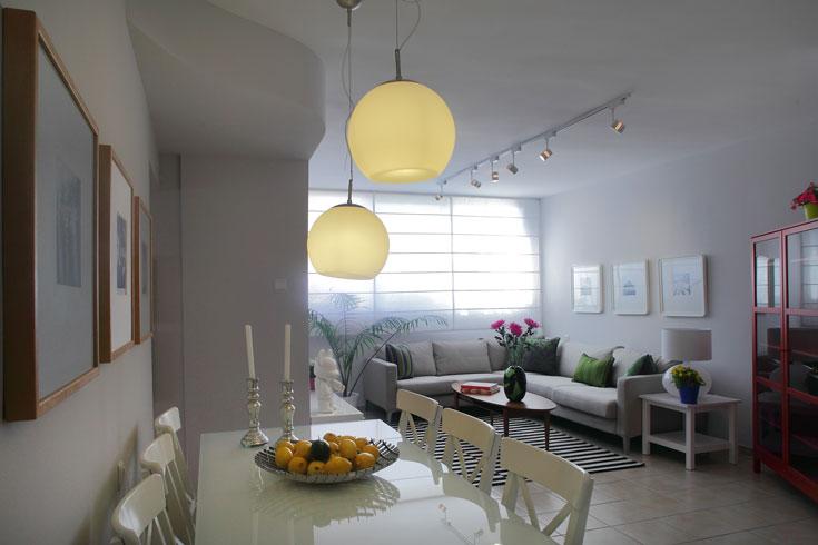 פס התאורה במרכז הסלון: ''קמחי''. קערת הפירות: ''אלמנטו''. הפמוטים של בעלת הבית, ערגה (צילום: אמית הרמן)