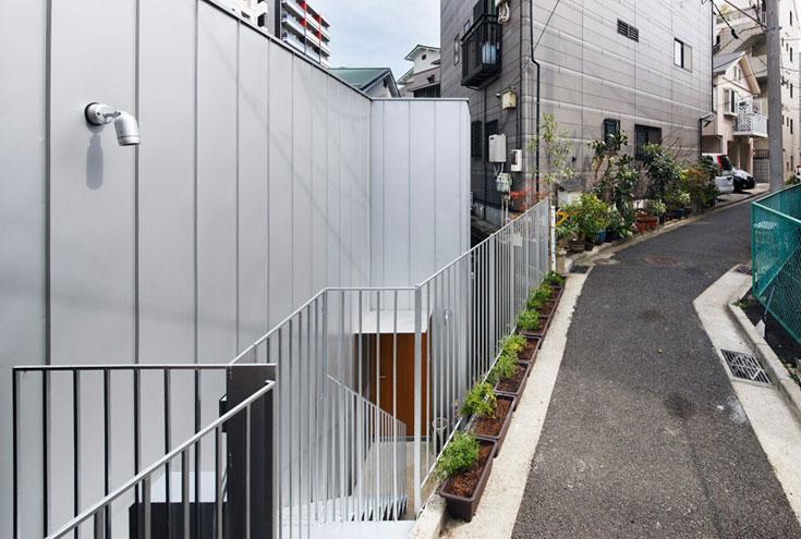 שכנים? לא, תודה: ממפלס הרחוב יורדים במדרגות למטה, וקירות הפח מסתירים את המבט כבר עכשיו (צילום: Takeshi Hosaka Architects)