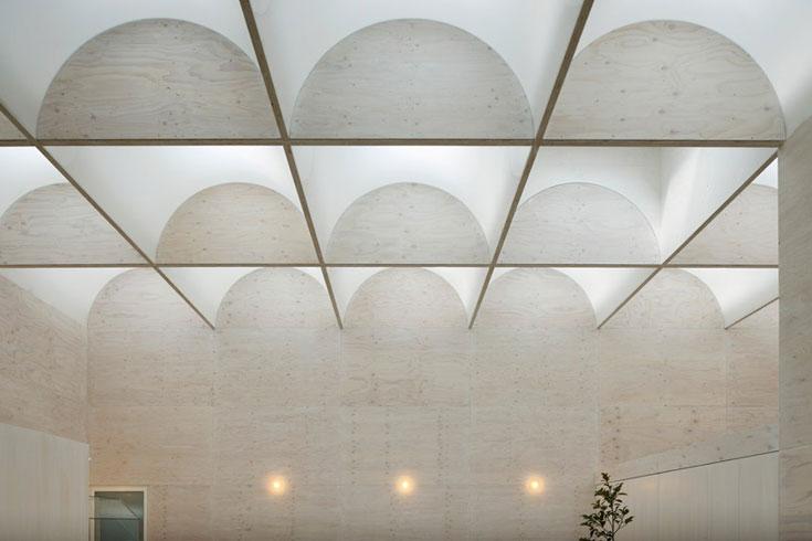 לכאן נכנסים: בית של 80 מ''ר, שרובו אולם מרכזי. 29 צוהרים בתקרה מספקים אור ייחודי לארבעת בני המשפחה (צילום: Takeshi Hosaka Architects)