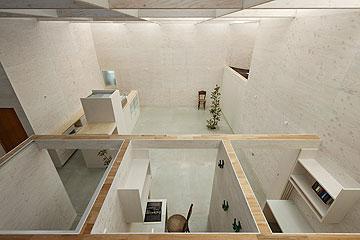 החלל המרכזי והתאים הנמוכים שיוצאים ממנו (צילום: Takeshi Hosaka Architects)