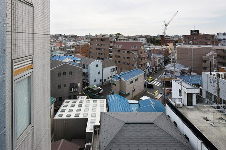 זה מה שרואים השכנים: התקרה מרובת הפתחים (צילום: Takeshi Hosaka Architects)