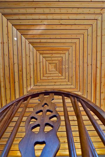 מרבצים של עץ. מבט על התקרה (צילום: איתי סיקולסקי)