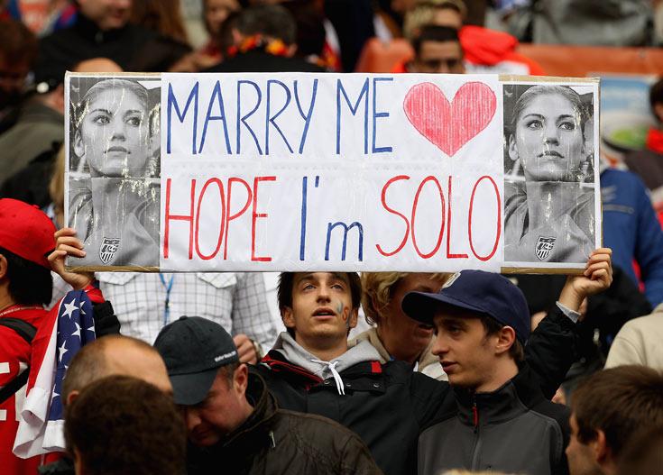 ''תחתני איתי הופ, אני סולו''. אחד מאלפי שלטים שהניפו אוהדים במגרשים (צילום: gettyimages)