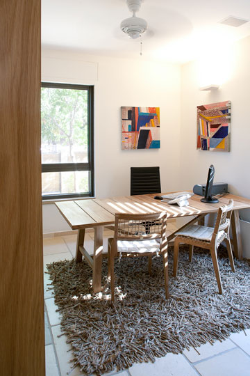 שולחן גינה, שהוסב לשולחן עבודה (צילום: טל ניסים)