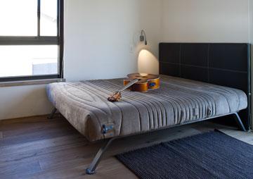 חדרו של הבן הבכור. ראש המיטה, מעור עם תיפורים גסים, הוזמן אצל רפד (צילום: טל ניסים)