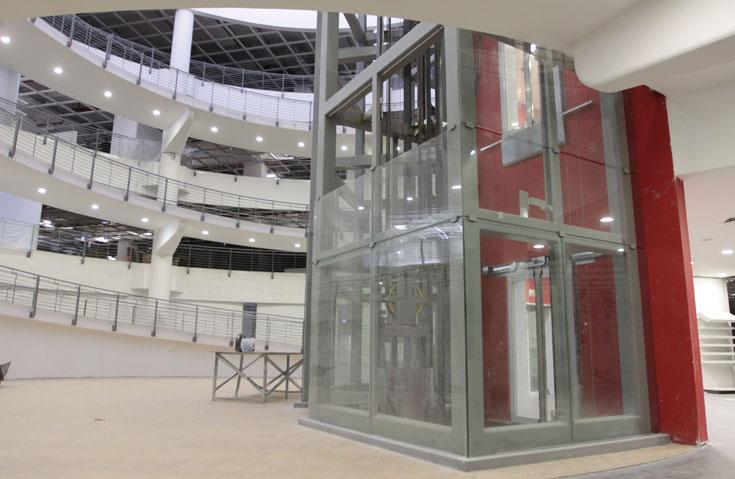 לצד המעליות וגרם המדרגות ייפתח בית קפה שיגיש מטעמים אוסטריים, וממנו אפשר יהיה להביט למעלה אל החלון הקטן במרומי המבנה (צילום: עידו ארז)