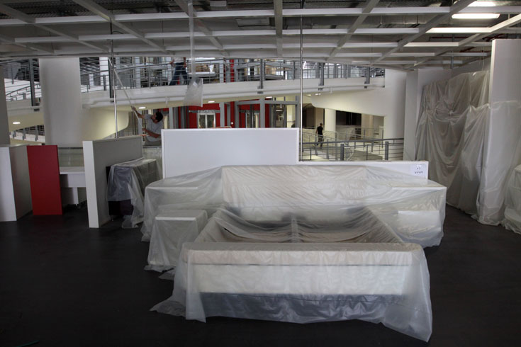 העובדים מכינים את הרהיטים לתצוגה. חלק מהם עברו התאמות לטעם ולמידות המקובלים בישראל, בעיקר במיטות ובכלי מיטה (צילום: עידו ארז)