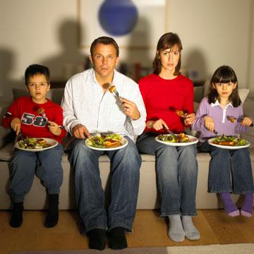 אכילה בצוותא מול הטלוויזיה. לא לזה התכוונו בארוחה משפחתית (צילום: thinkstock)