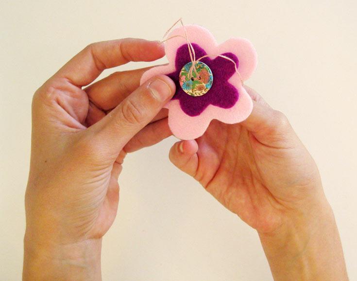 תפרו את שני חלקי הפרח זה לזה (צילום: חן קרופניק )