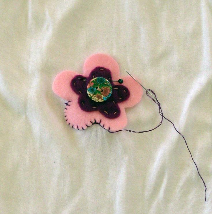 לאחר מכן תפרו את הפרח לגופייה (צילום: חן קרופניק )