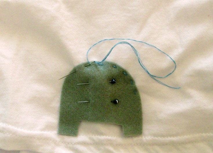 תפרו את הפיל על החולצה: תחילה את הרגליים, לאחר מכן את הראש ובסוף את העיניים (צילום: חן קרופניק )