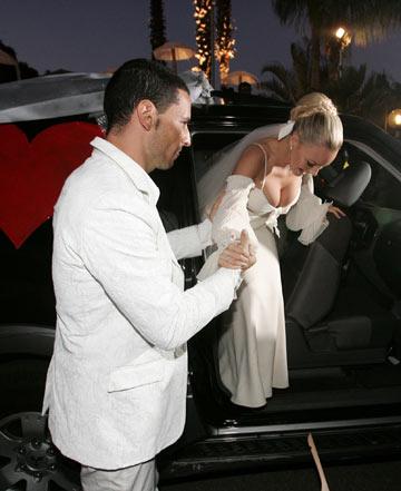 יעל בר זוהר בשמלה של אושידה בערב חתונתה. הקשר נשמר (צילום: תומריקו)
