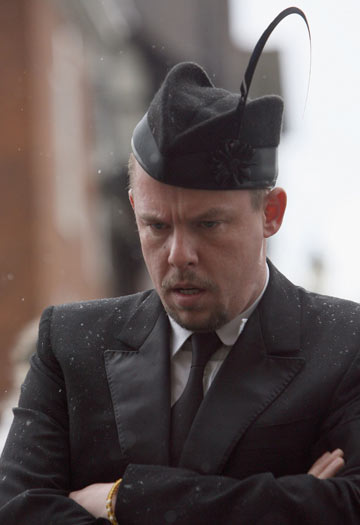 אלכסנדר מקווין בלוויה של איזבלה בלאו. כובע מעוצב כסימן לאבל (צילום: gettyimages)