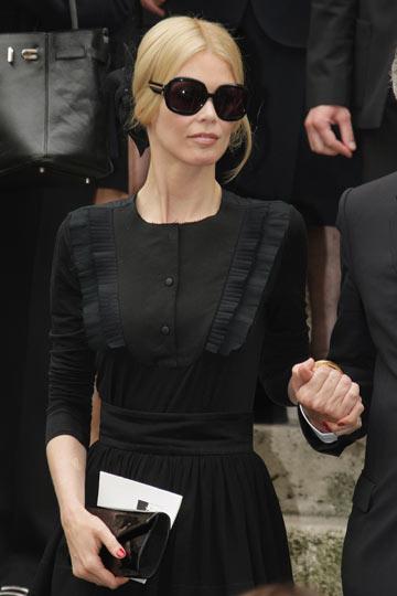 קלאודיה שיפר בלוויה של איב סאן לורן. שמלה שחורה מאופקת (צילום: gettyimages)