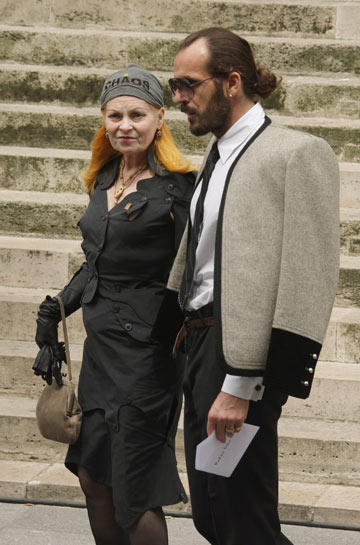ויויאן ווסטווד בלוויה של איב סאן לורן. בנדנה עם הכיתוב ''כאוס'' (צילום: gettyimages)