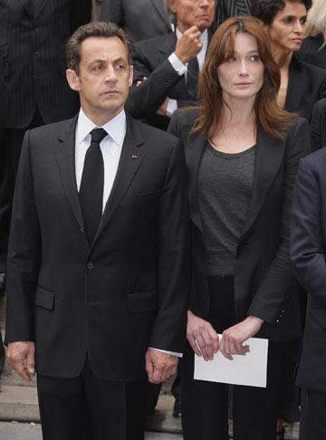 קרלה ברוני וניקולא סרקוזי בלוויה של איב סאן לורן. לבוש רשמי ואופנתי (צילום: gettyimages)