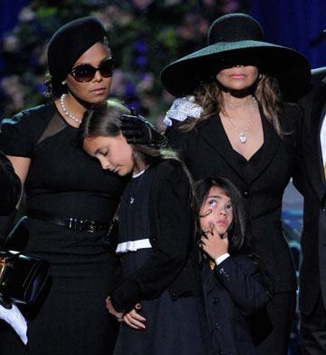 לה-טויה וג'נט ג'קסון בלוויה של מייקל ג'קסון. למי יש כובע יותר בולט? (צילום: gettyimages)