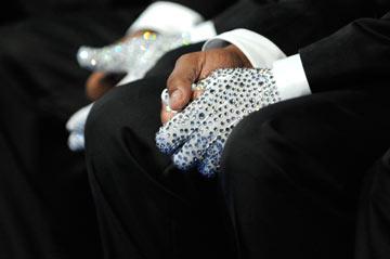 כפפות פאייטים על ידיהם של טיטו ומרלון ג'קסון בטקס לזכרו של מייקל ג'קסון (צילום: gettyimages)