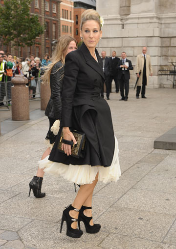 שרה ג'סיקה פרקר בטקס הזיכרון לאלכסנדר מקווין. תצוגת אופנה מאולתרת (צילום: gettyimages)