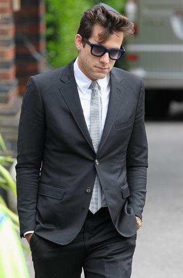 מארק רונסון בלוויה של איימי וויינהאוס. חליפה וכיפה (צילום: gettyimages)