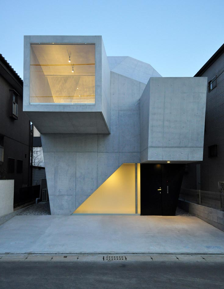 הבית באביקו, יפן. זרוע אנכית גדולה משמשת כחזית הבית, והיא מסתיימת בחלון רחב הפונה לרחוב (צילום: Shigeru Fuse )