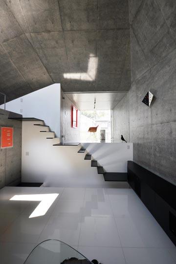 הבית באביקו. גם המדרגות הן זיזים (צילום: Shigeru Fuse )