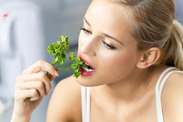 אכלו ירקות ירוקים (צילום: shutterstock)