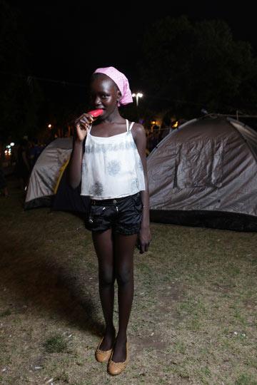 מוניקה איום. ''אמא קנתה לי את הבגדים'' (צילום: עמי סיאנו)