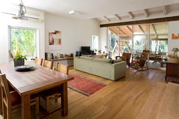 כסאות הנדנדה בסלון הובאו מקוסטה ריקה ומנווה ימין (צילום: רני לוריא)