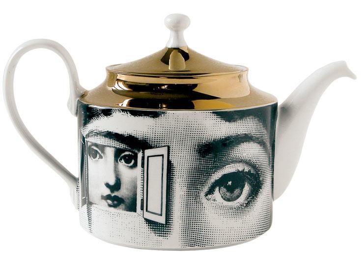 קנקן תה מבית ''פורנסטי'', עם דיוקן פניה המפורסם של זמרת האופרה האיטלקית לינה קוואליירי. באדיבות ''רנבי הום קוטור''