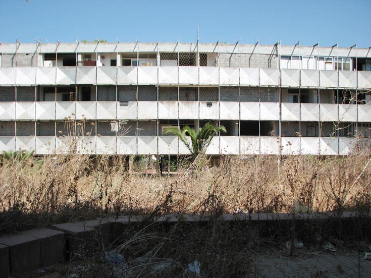 השיכונים, בהשראת לה קורבוזיה, הוקמו בליבה של קרית גת שהייתה לפני 51 שנים עיירת פיתוח צעירה (צילום: מיכאל יעקבסון)