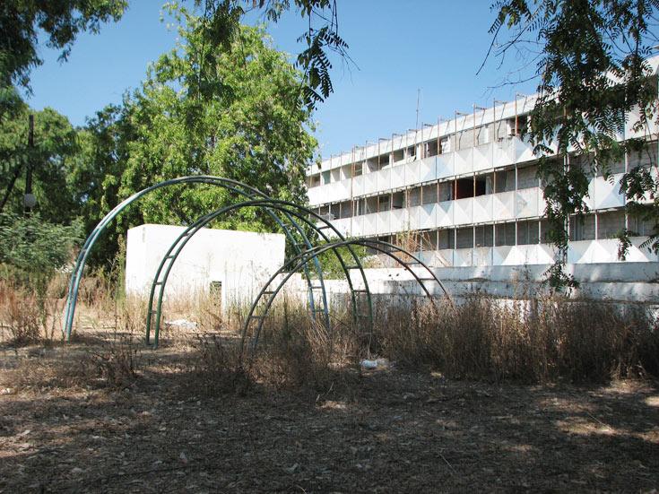 בניגוד למודל הצרפתי, כאן לא ידעו לבנות כמו שצריך. במקום צמחייה וסביבה נעימה - סדקים, תזוזות ובאנגים בחצר (צילום: מיכאל יעקבסון)